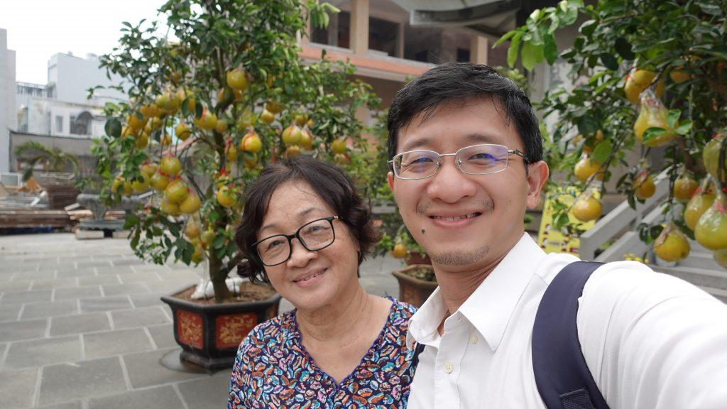 Hai mẹ con ở Đền Hồng Sơn TP. Vinh năm 2021