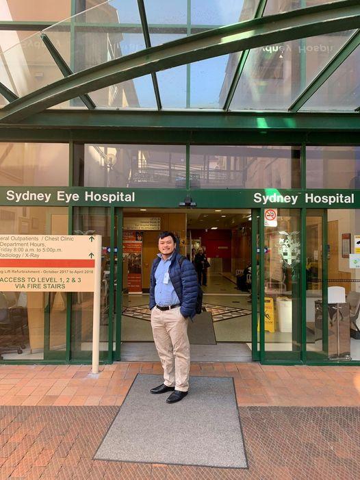 Tác giả trước Bệnh viện mắt Sydney, người đã được fellowship tại bệnh viện này.